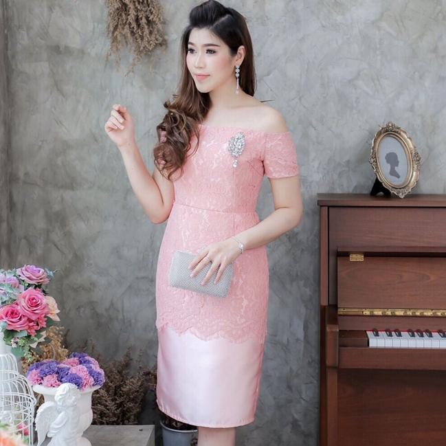 ชุดเดรสสวยหรูสีชมพู เปิดไหล่ เข้ารูป แต่งลูกไม้ แนวเรียบหรู สวยสง่า ดูดี แฟชั่นชุดเดรสออกงาน/ชุดไปงานแต่งงาน