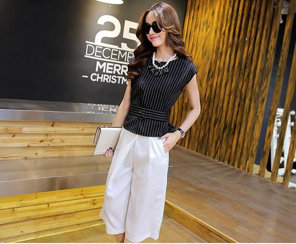ชุดเซตเสื้อกางเกงขายาว เสื้อสีดำ แขนกุด พิมพ์ลายทางตรง - กางเกงแขนห้าส่วนทรงกระบอกสีขาว