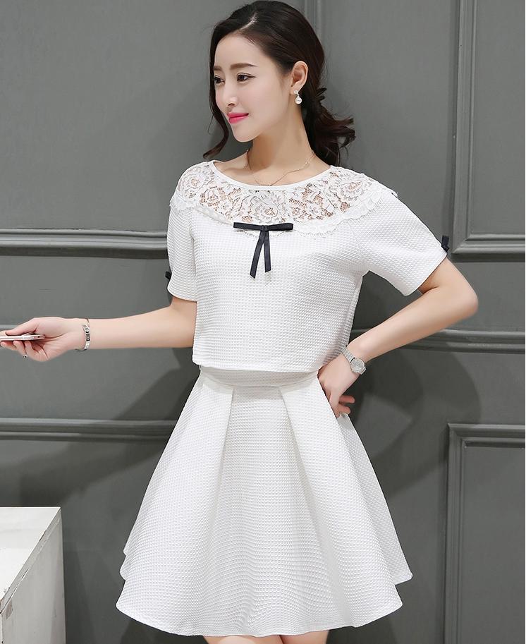 ชุดเสื้อ กระโปรง สีขาว น่ารักๆ เสื้อแขนสั้นไหล่แต่งลูกไม้คู่กับกระโปรงสั้น