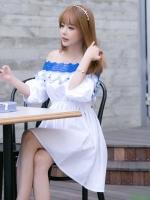 ชุดเดรสสั้นสีขาว เปิดไหล่ ปักลายสีฟ้า สวยหวานน่ารักๆสไตล์เกาลี