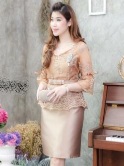 ชุดเดรสสวยหรูออกงาน ชุดไปงานแต่งงานสีน้ำตาลทอง เสื้อลูกไม้แขนสั้นเอวระบาย + กระโปรงทรงเอผ้าไหมซาติน ลุคสวยหรู
