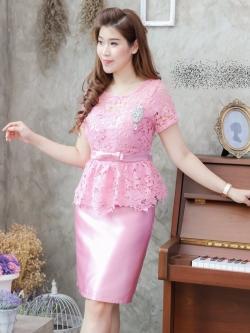 ชุดเดรสสวยหรูออกงาน ชุดไปงานแต่งงานสีชมพู เสื้อลูกไม้แขนสั้นเอวระบาย + กระโปรงทรงเอผ้าไหมซาติน ลุคสวยหรู