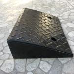 ยางปีนฟุตบาท สามเหลี่ยม สูง 13 เซนติเมตร รับน้ำหนักสูงสุด 20 ตัน กว้าง 48 เซนติเมตร ลึก 33 เซนติเมตร